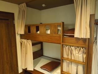 カーテンでプライバシーも確保(清潔なベッド)